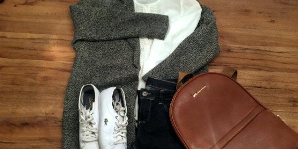 Monday Look mit grauem Wollmantel, weisser Bluse, blauer Skinny Jeans, weissen Sneakers und braunem Backbag